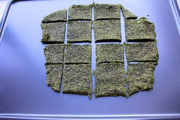 Green Juice Crackers from Carrie on Living | www.cleaneatingkitchen.com