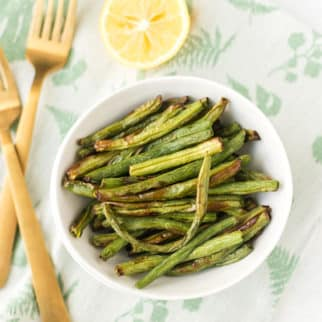 air fryer green beans served with lemon