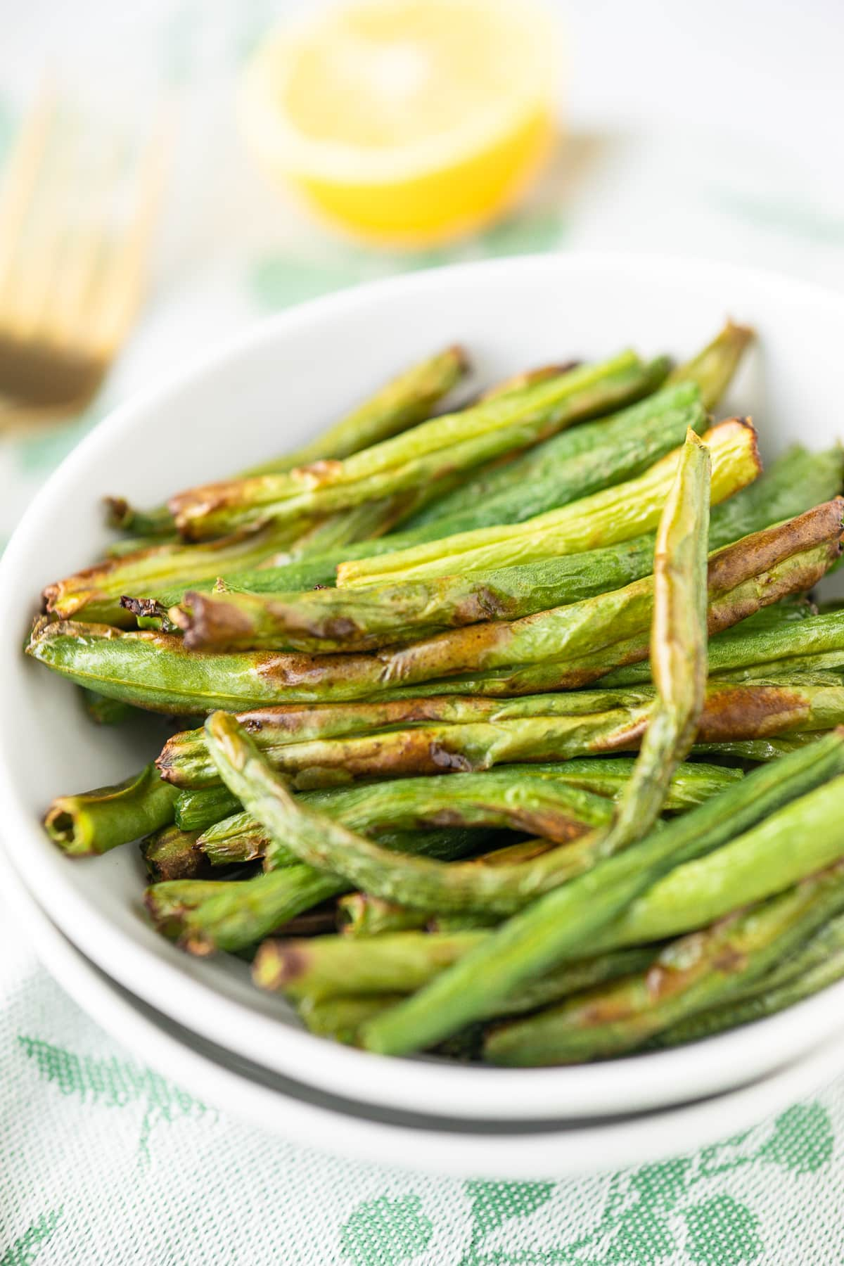 air fryer green beans served in a white bowl