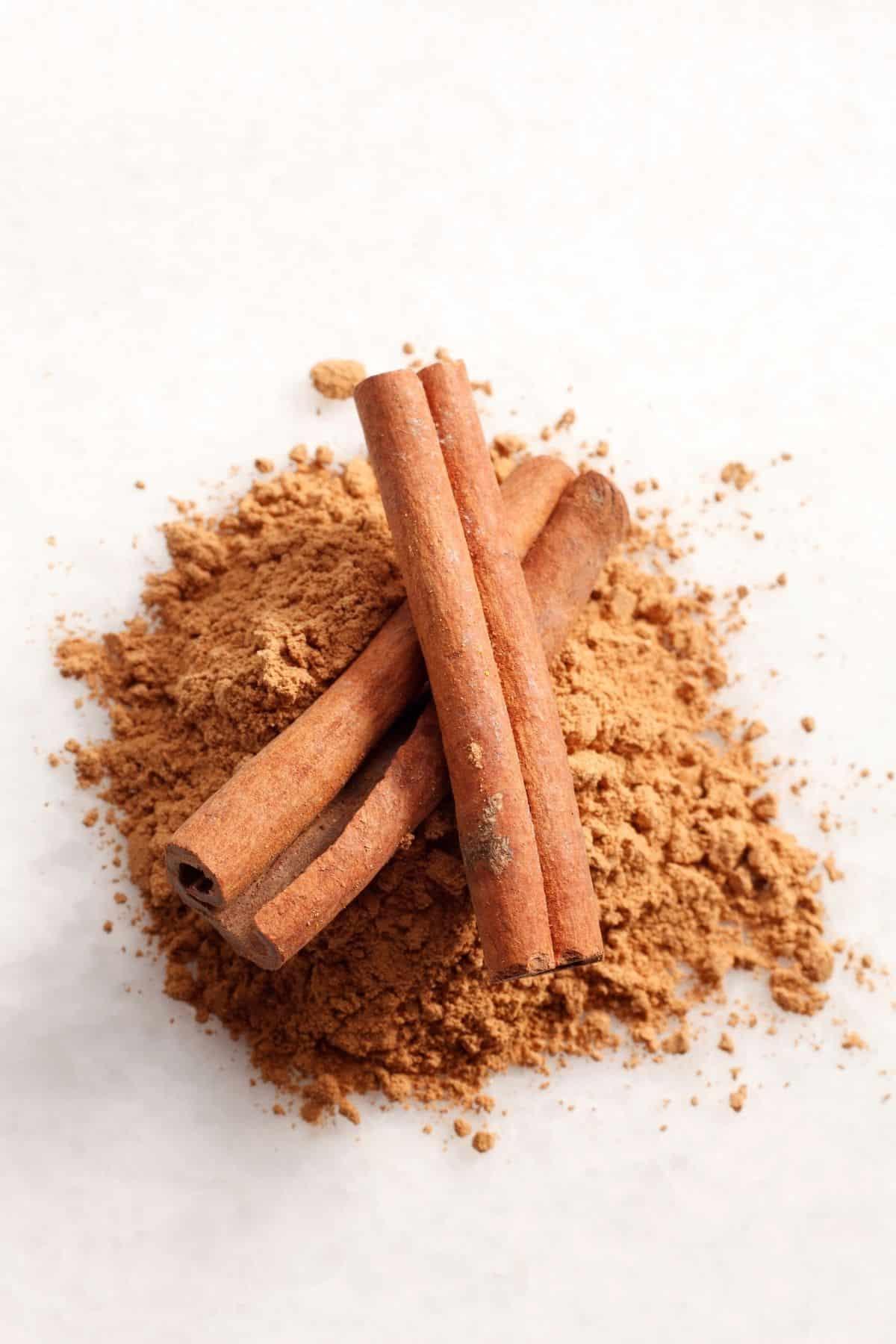 cinnamon sticks and ground cinnamon on a table